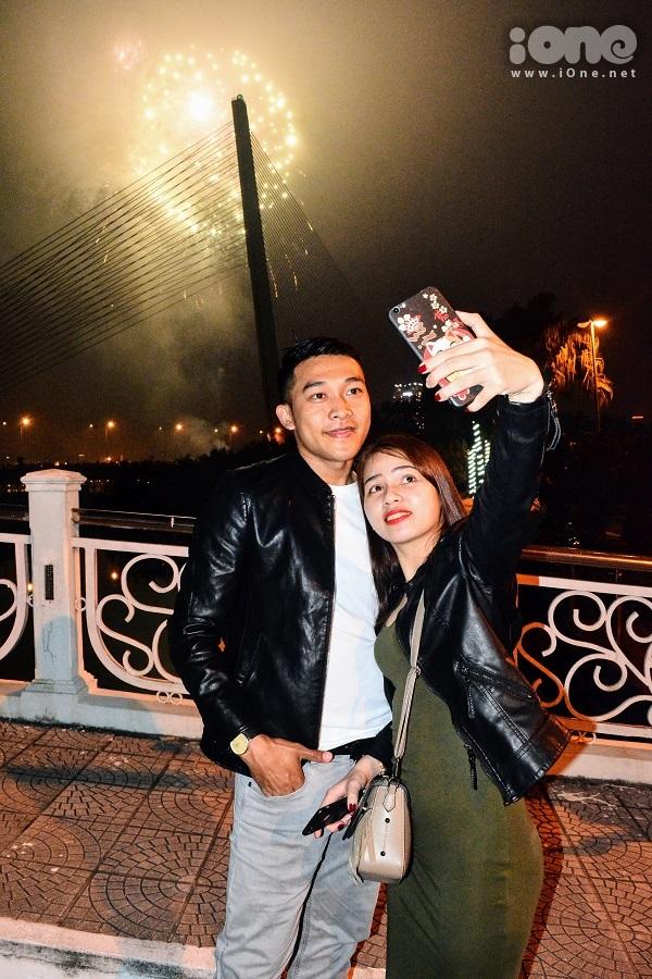 Giới trẻ Đà Nẵng mở tiệc bên công viên ven sông Hàn, ngắm pháo hoa năm mới - 3