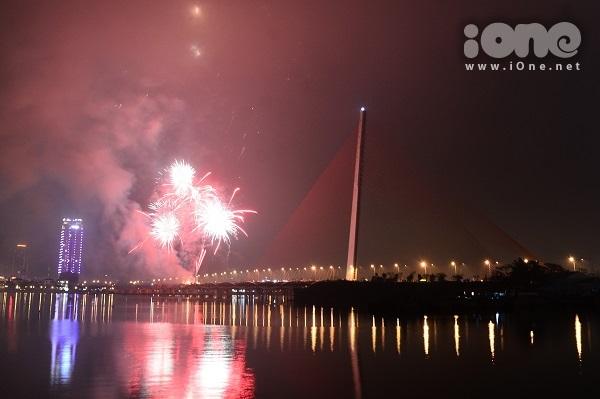 Giới trẻ Đà Nẵng mở tiệc bên công viên ven sông Hàn, ngắm pháo hoa năm mới