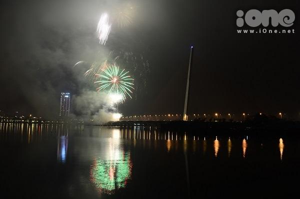 Giới trẻ Đà Nẵng mở tiệc bên công viên ven sông Hàn, ngắm pháo hoa năm mới - 1