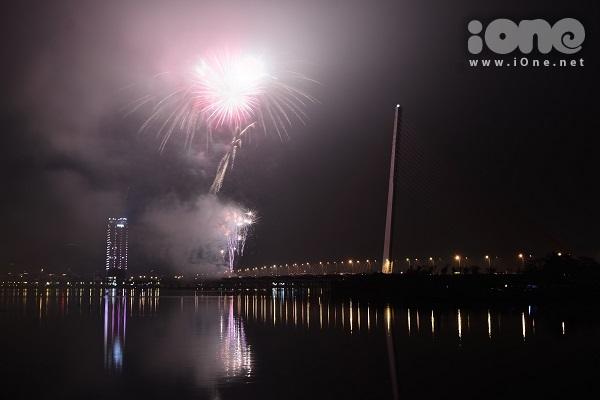 Giới trẻ Đà Nẵng mở tiệc bên công viên ven sông Hàn, ngắm pháo hoa năm mới - 2