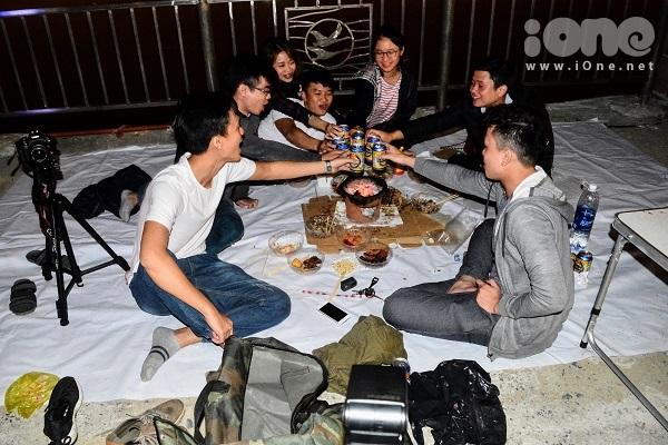 Giới trẻ Đà Nẵng mở tiệc bên công viên ven sông Hàn, ngắm pháo hoa năm mới - 4