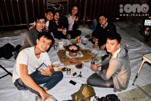 Giới trẻ Đà Nẵng mở tiệc bên công viên ven sông Hàn, ngắm pháo hoa năm mới - 5