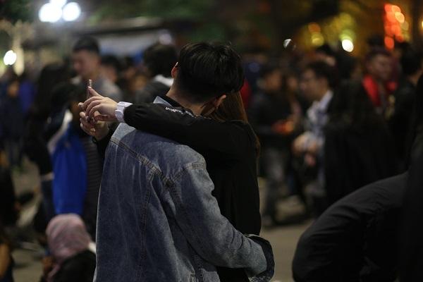 Nhiều cặp đôi không ngại thể hiện tình cảm nơi công cộng.