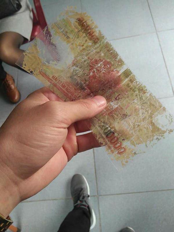 Người lạ ơi, xin đổi giùm tôi tờ tiền khác.