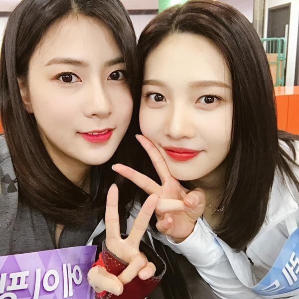 Ha Young (Apink) và Joy (Red Velvet) có khuôn mặt trái xoan và kiểu tóc giống nhau bất ngờ.