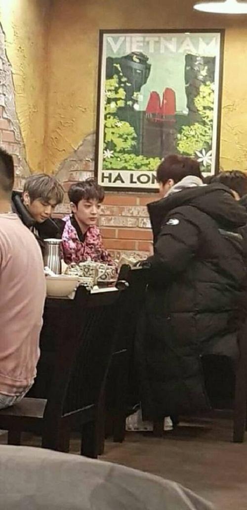 Các thành viên Wanna One đi ăn món phở Việt Nam cách đây không lâu.