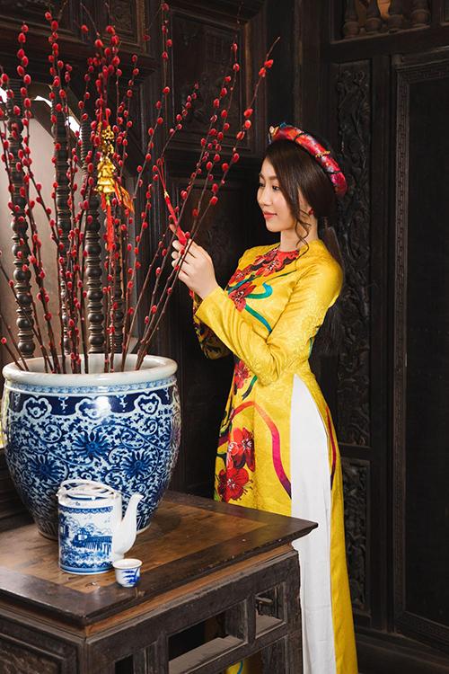 Hot girl Lona Huỳnh khoe vẻ đẹp ngọc nữ với áo dài Tết - 7