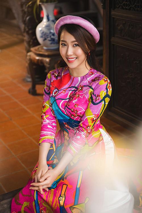 Hot girl Lona Huỳnh khoe vẻ đẹp ngọc nữ với áo dài Tết - 1