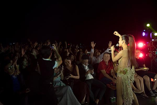 Đàm Vĩnh Hưng vung tiền tỷ cho trang phục biểu diễn trên du thuyền triệu đô - 8