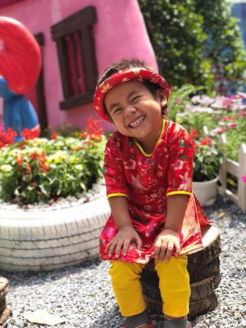 Cuộc đời bé Pàng như bước sang trang mới sau khi được vợ chồng chị Phương cưu mang.