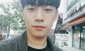Du khách Hàn Quốc vui mừng nhận lại ví đánh rơi từ chàng trai Việt