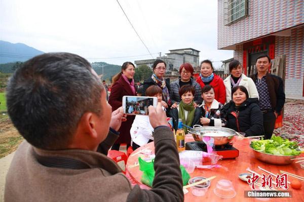 Tiệc tân niên cho 3.000 người tại Trung Quốc chiếm trọn đường làng - 3