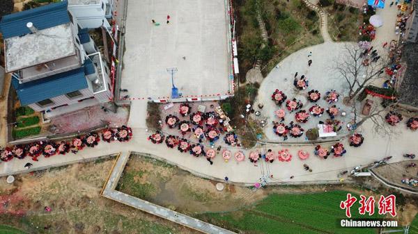 Tiệc tân niên cho 3.000 người tại Trung Quốc chiếm trọn đường làng