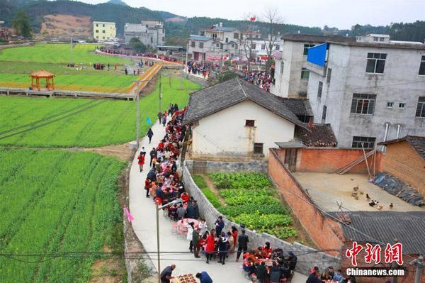Tiệc tân niên cho 3.000 người tại Trung Quốc chiếm trọn đường làng - 1