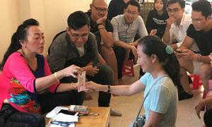 Học trò đến chúc Tết, cô giáo bắt làm bài kiểm tra để nhận lì xì