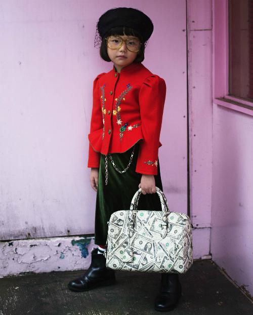 Khéo léo mix vintage jacket mũ của Dior, kính và tấtGucci cùng với túi của Balenciaga