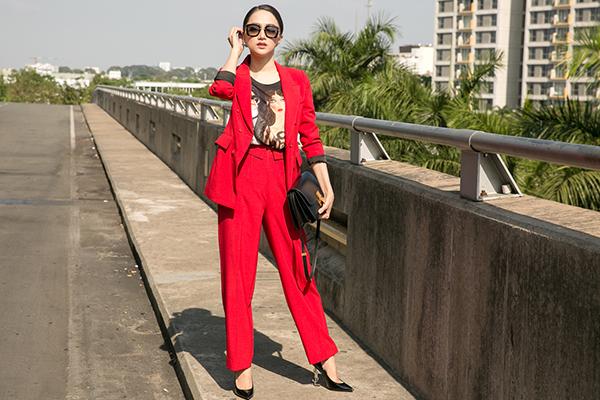 Hương Giang diện cây đỏ cá tính lên đường thi Hoa hậu chuyển giới - 1