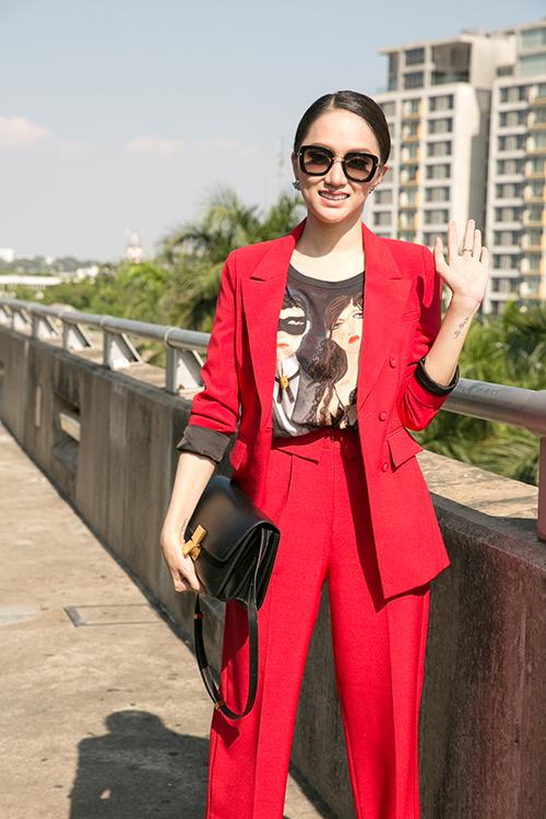 Hương Giang diện cây đỏ cá tính lên đường thi Hoa hậu chuyển giới - 2