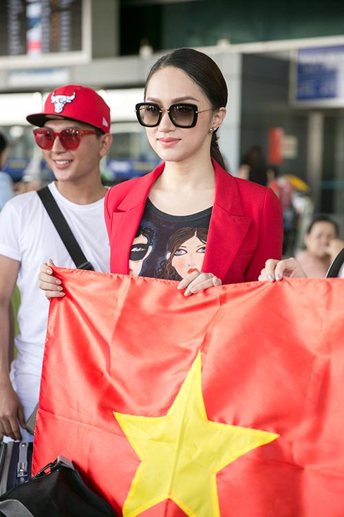Hương Giang diện cây đỏ cá tính lên đường thi Hoa hậu chuyển giới - 4