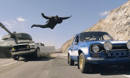 Fast and Furious 6 phá vỡ mọi định luật vật lý với cảnh đua xe tăng