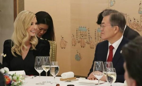 Con gái Tổng thống Donald Trump nói về sự nổi tiếng của BTS trước mặt Tổng thống Moon Jae In.