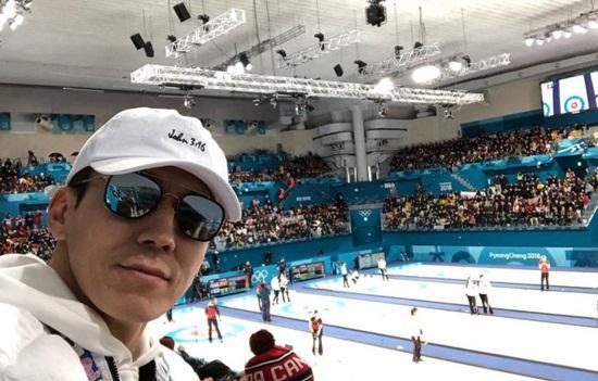 Nam ca sĩ Sean là một người cực kỳ mê thể thao nên anh cũng có mặt ở sân cổ vũ cho đội bi đá của Hàn Quốc.