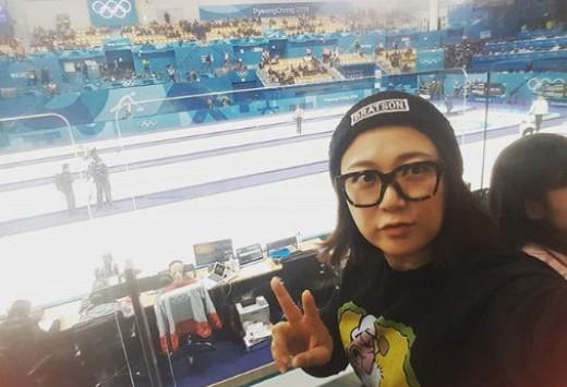 Nghệ sĩ hài Kim Sook cũng là fan cuồng của môn bi đá. Cô còn mang chiếc kính, item vừa trở thành xu hướng ở Hàn.