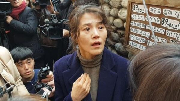 Trưởng đoàn kịch Kim Soo Hee tiếp tay bắt các nghệ sĩ phải phục vụ giám đốc.