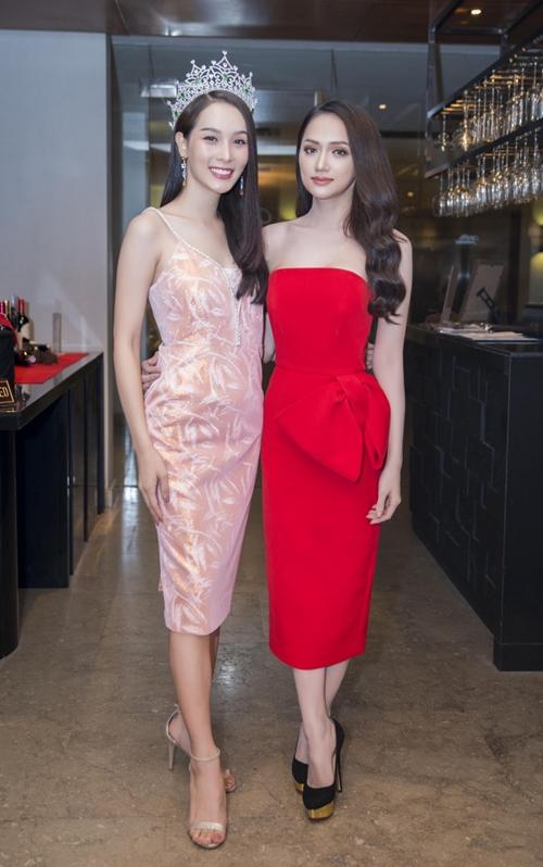 Hương Giang đọ sắc vóc với Hoa hậu chuyển giới Thái Lan - 3