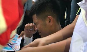 Đức Chinh như 'ngộp thở' trong vòng vây fan xin chữ ký