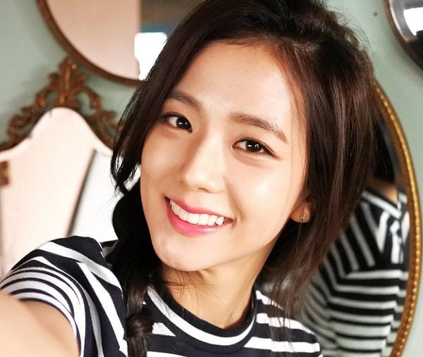 Hàm răng trắng bóc và đều tăm tắp giúp Ji Soo (Black Pink) có thể khoe trọn vẻ đẹp khi cười.