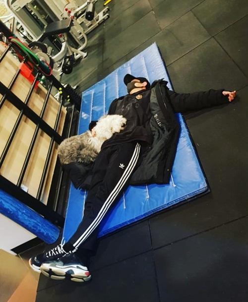 Chan Yeol (EXO) nằm ôm cún cưng ngủ tít trong phòng tập.