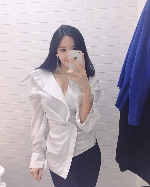 Hyo Min mặc áo sơ mi phá cách, lấp ló vòng một gợi cảm.
