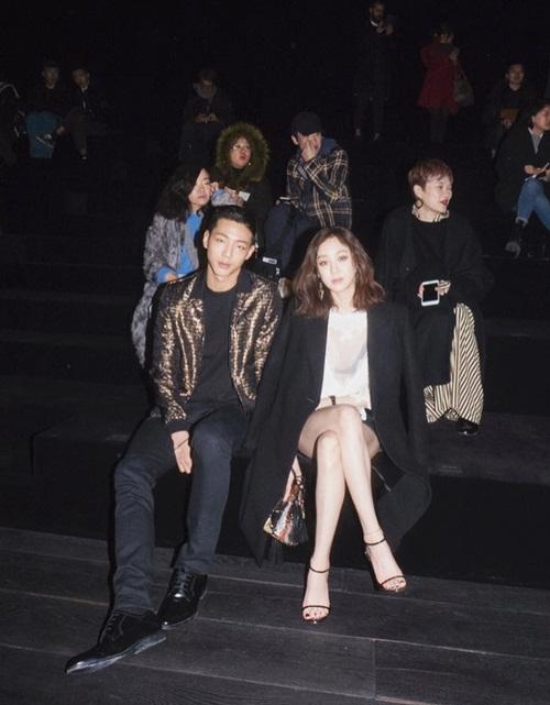 Kim Ji Soo nam tính, bảnh bao bên đàn chị Jung Ryeo Won ở sự kiện thời trang.