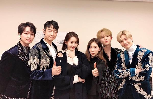 Yoon Ah và Tae Yeon đến cổ vũ concert của nhóm SHINee.