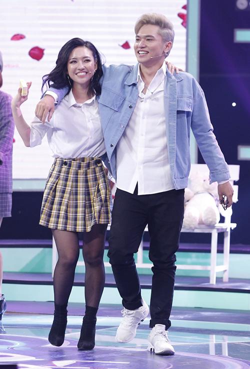 Bảo Kun cùng bạn gái ra về sau chương trình.