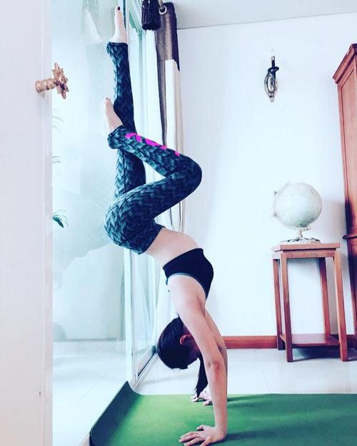 Sao Việt khoe dáng không mỡ thừa với những tư thế yoga đỉnh như làm xiếc - 3