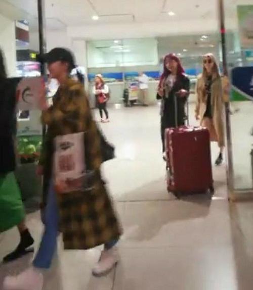 Hình ảnh hiếm hoi của nhóm tại sân bay Tân Sơn Nhất.