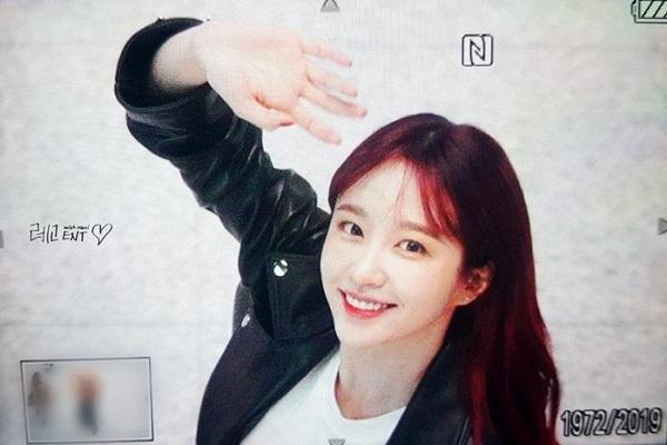 Xuất hiện tại sân bay Incheon, Hani nổi bật với mái tóc đỏ.