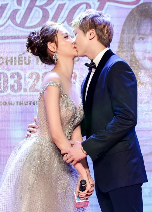 Trương Mỹ Nhân cởi giày khóa môi hot boy trước đám đông - 3