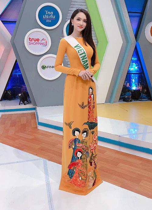 Hương Giang diện áo dài tại buổi ghi hình.