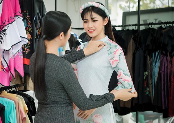Ngọc Hân ân cần chỉnh trang phục cho Mỹ Linh, Thanh Tú - 4