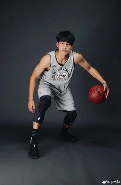 Soái ca bóng rổ đẹp như ngôi sao, cao hơn 2m - 1