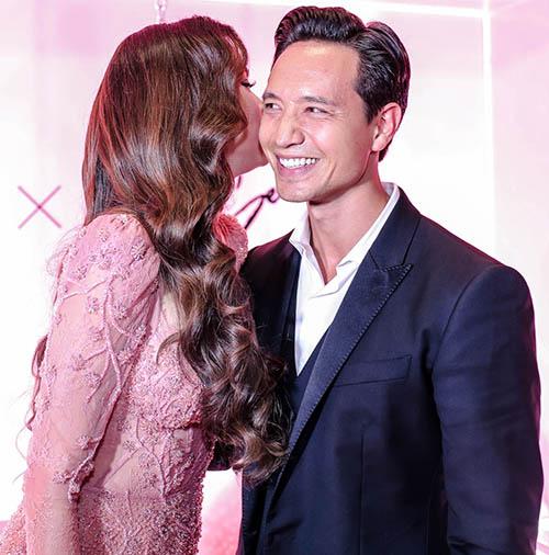 Hồ Ngọc Hà ôm hôn Kim Lý trong buổi ra mắt sản phẩm làm đẹp - 3