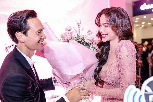 Hồ Ngọc Hà ôm hôn Kim Lý trong buổi ra mắt sản phẩm làm đẹp - 2