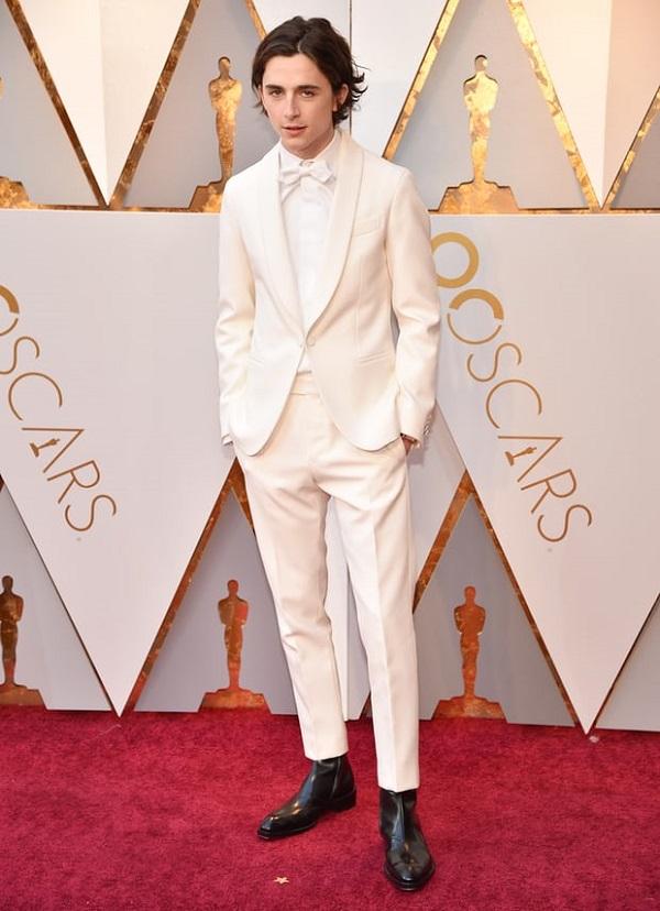 Nam diễn viên Call me by your name, Timothée Chalamet lịch lãm trong bộ vest trắng.