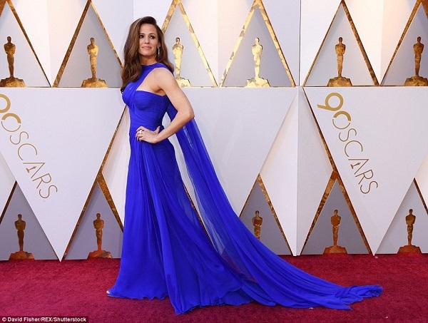 Jennifer Garner thướt tha với đầm xanh coban.