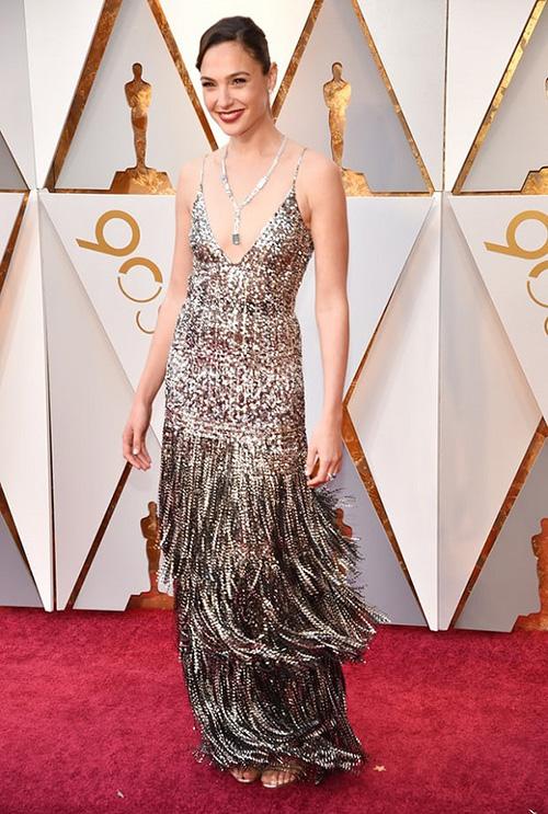 Gal Gadot được trả khoản tiền lớn để diện đầm Givenchy và đeo trang sức Tiffany Co lên thảm đỏ Oscar năm nay.