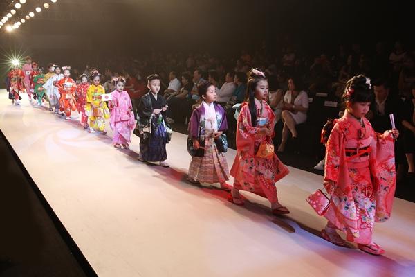 Những mẫu thiết kế của các NTK châu Á tại sự kiện - 4