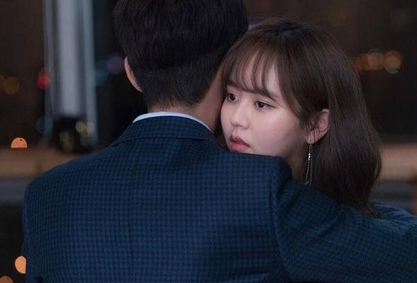 Kim So Hyun xấu hổ sau cảnh hôn với đàn anh hơn 10 tuổi